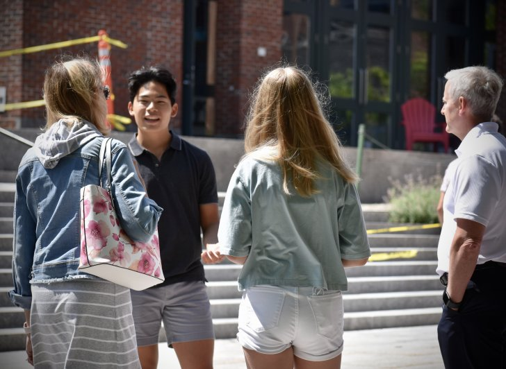 A student speaks with a candidate during a tour of campus.