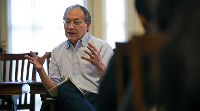Lamont Poet Arthur Sze speaks with students in the Elting Room.